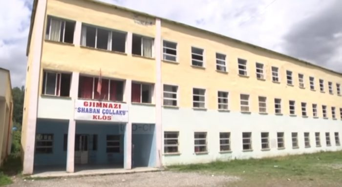 """Godina e gjimnazit """"Shaban Çollaku"""" në qytetin e Klosit është kthyer në një rrezik për 360 nxënësit që mësojnë në këtë shkollë."""