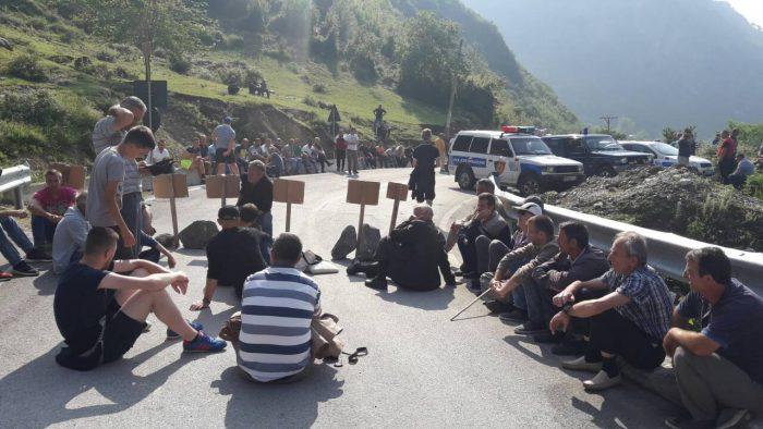 Banorët e Dragobisë kanë bllokuar rrugën kombëtare Tropojë – Valbonë!!!