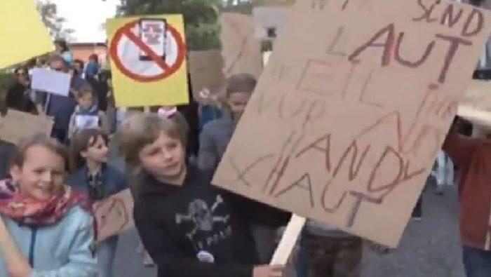 """E pazakontë në Gjermani, fëmijët protestojnë për prindërit: Luani me ne, jo me telefonat """""""