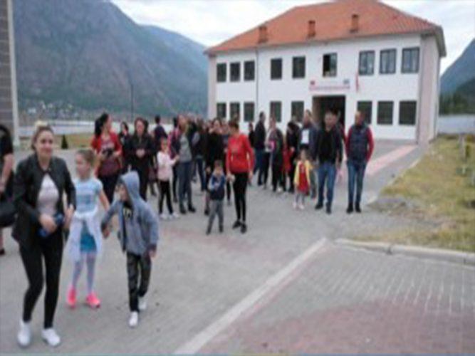 Nxënësit e Shkollës 9-Vjeçare Shefqet Tançi në rrethin e Bulqizes bojkotojnë mësimin…