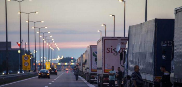 Kthehen kamionë me produkte të Serbisë dhe Bosnjës