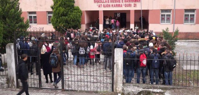 Nxënësit protestojnë për kushtet e këqija…