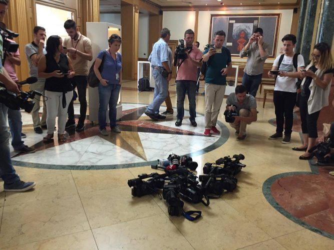 Në 800 gazetarë të pyetur 17% e të cilëve nuk kanë kontratë pune, 31% në mediat jashtë Tirane dhe 9% e tyre kanë vonesa në marrjen e pagës.
