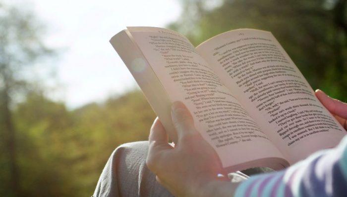 Sot është fundjavë. Do lexojmë apo do shkojmë për kafe?