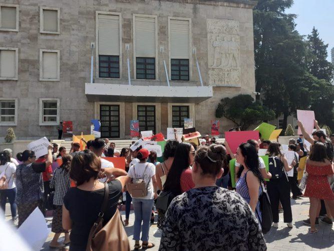 """Energjia Elektrike/Qindra qytetarë protestuan përpara Kryeministrisë nën sloganin """"Mirato VKM"""""""