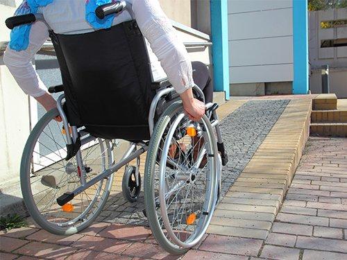 Jeta e vështirë e personave me aftësi të kufizuara/ Banori: Në Lungomare nuk ka përshtatshmëri…