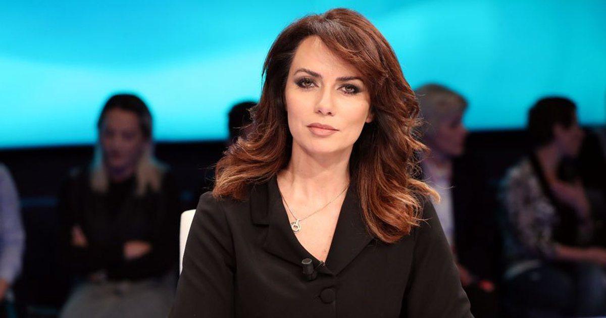 Qytetari me Covid lihet jashtë dyerve të spitalit/ Grida Duma publikon videon alarmante: Shqiptarët nuk mund të dergjen…