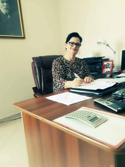 Azbie Ramaj, drejtoreshë e institutit të nxënësve që nuk dëgjojnë