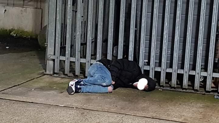 Londër/ I shtirë në beton – 19-të vjeçari pret ndërrimin e viteve në të ftohtin e acartë