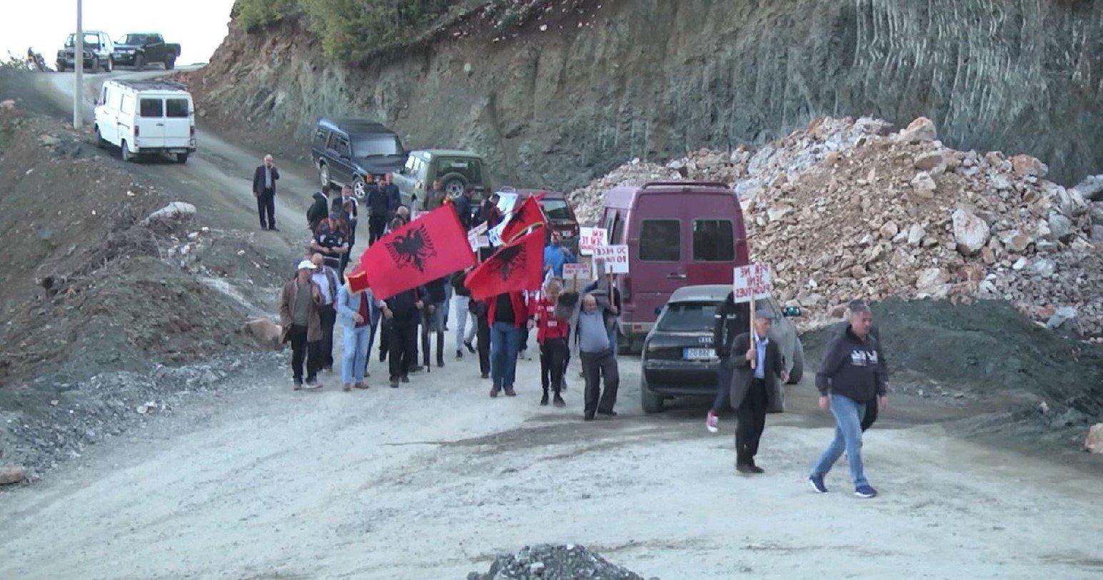 Ministria e Turizmit dhe Mjedisit e lë Parkun Kombëtarë Zall-Gjoçaj jashtë zonës së mbrojtur – Banorët  djegin pajisjet e kompanisë koncensionare