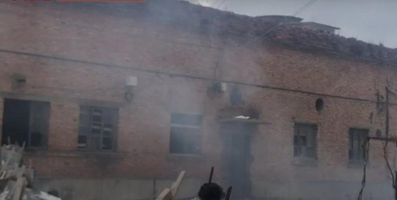 """Marrin flakë lëndët toksike në """"ish-Trikotazhin"""" e Korçës, vihen në rrezik 10 familje"""
