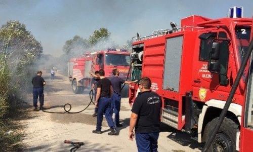 Panik në Tiranë/ Flakët përfshijnë shkollën 9-vjeçare, zjarrfikësit urgjent në vendngjarje
