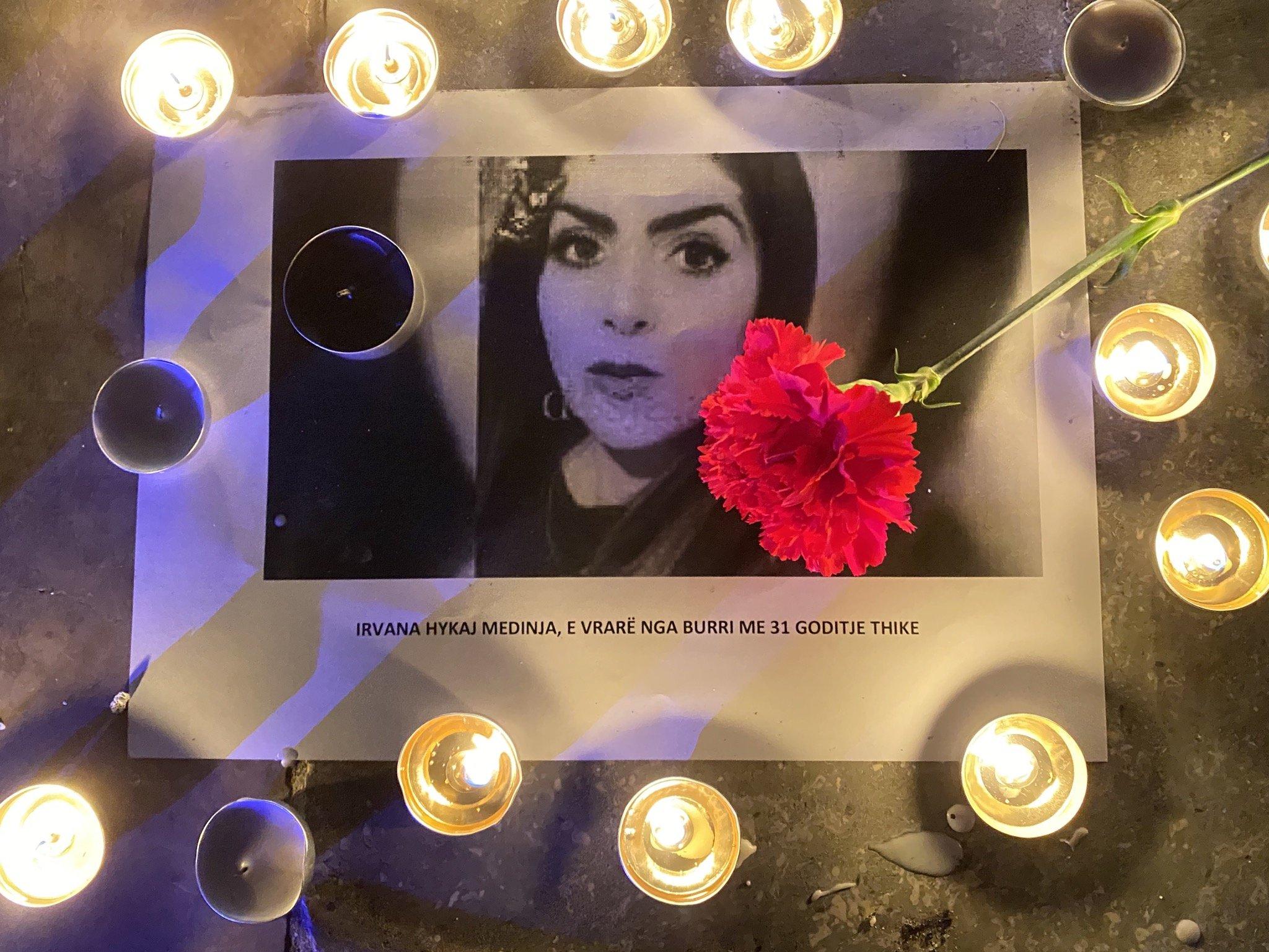 """Homazh në sheshin """"Skënderbej"""", qytetarët nderojnë Irvanën e vrarë"""