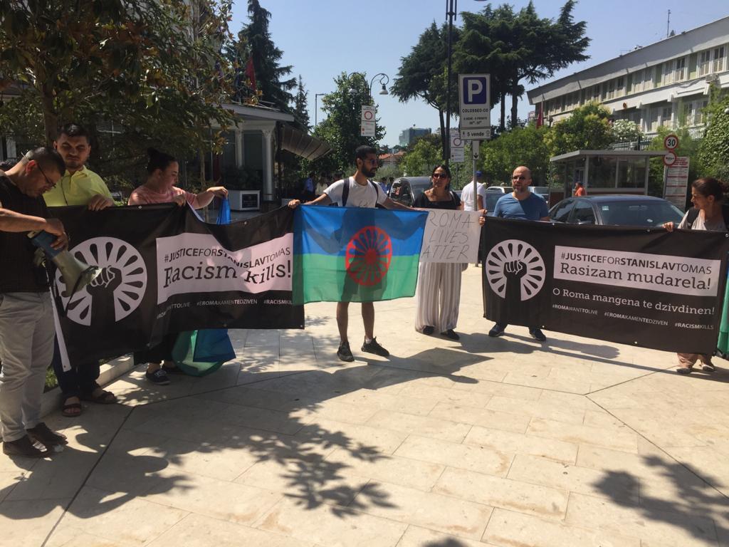 Në Tiranë protestohet kundër vdekjes së një qytetari rom nga dhuna policore