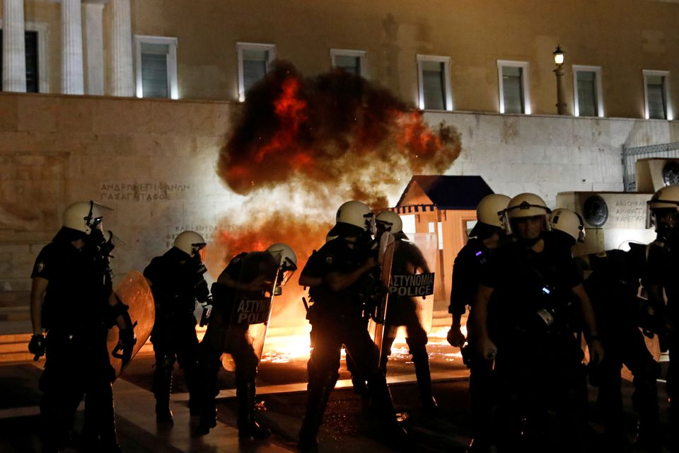 Dhunë në prostestat kundër vaksinimit ndaj COVID-19 në Greqi