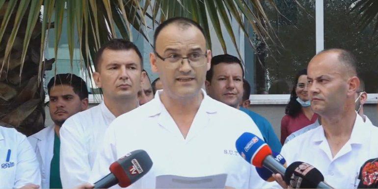 Mjekët e traumës në protestë në mbështetje të kolegëve të arrestuar  – mos na paragjykoni